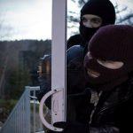 """""""Mascaţii"""" nu erau de la forţele de ordine. Atenţie la persoanele cărora le deschideţi uşa!"""